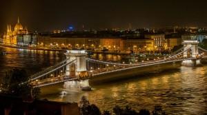 Szechenyi_Chain_Bridge_in_Budapest_at_night